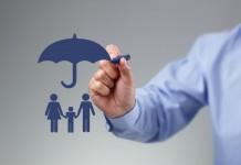 Un homme dessine un parapluie pour protéger une famille