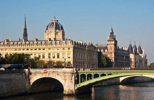 le palais de justice devant la Seine