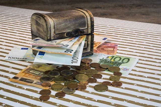 Une malle avec des euros