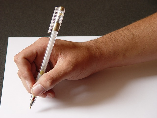 lettre-papier-main-crayon-écriture
